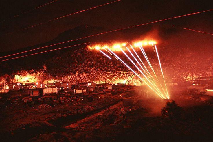 Americká armáda ostřeluje pozice vietnamských snajprů v horách u vesnice Phu Tai. (Duben 1970)