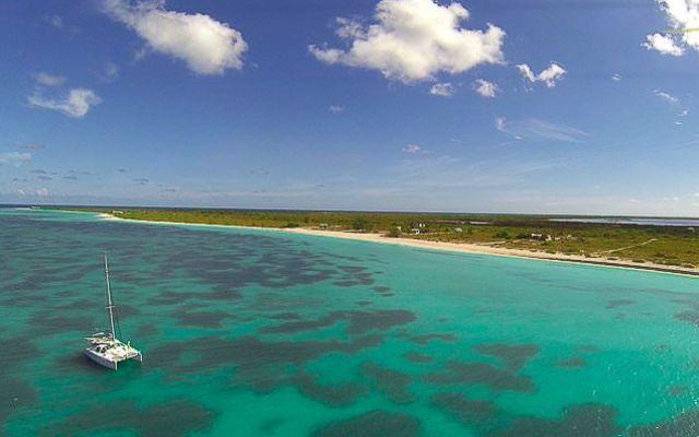 Isole Vergini Britanniche Anegada Saba Rock Peter Island Continuiamo il nostro giro nell'arcipelago delle Isole Vergini e facciamo rotta su Anegada, una decina di miglia al nord di Virgin Gorda. L'isola é piccola, 300 abitanti appena, piatta piatta con una #barca #vela #caraibi #vergini