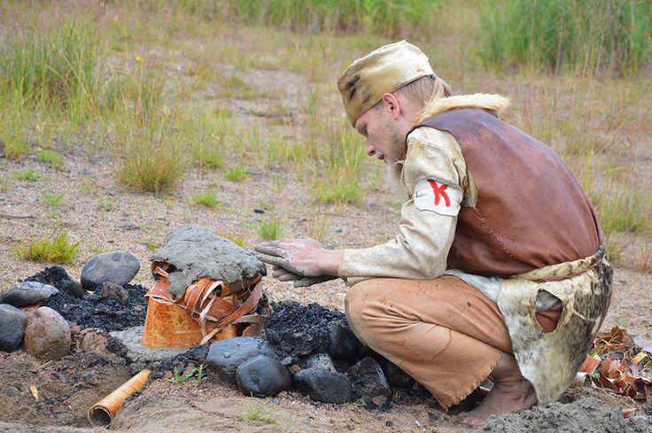 Muinaismarkkinoiden aikaan kivikauden kylässä pääsee itse kokemaan, millaisia olivat kivikauden ihmisten asumukset ja arkiaskareet. Luuppi, Oulu (Finland)