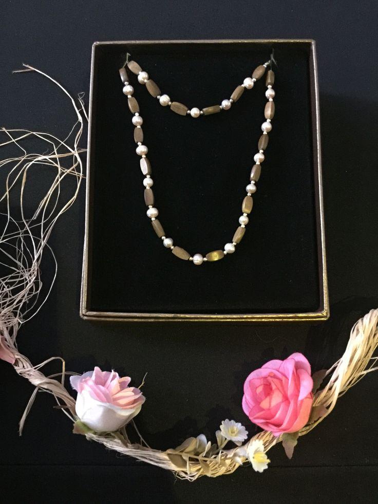 Conjunto collar y pulsera elaborado en Laurel, perlas de río y plata. $ 43.000