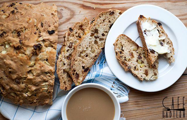 Ten piękny chleb na sodzie to kolejny przepis przygotowany na wspólne gotowanie w ramach akcjiWypiekanie na śniadanie. Tym razem wspólnie z innymi blogerami upiekliśmy aromatyczne bochenkiz przepisu z bloga Agnieszki. Chleb z aromatycznymi dodatkami w postaci cynamonu oraz rozmarynu pachnie obłędnie. To świetna propozycja na urozmaicenie domowej piekarni. Smacznego!!! SKŁADNIKI:...