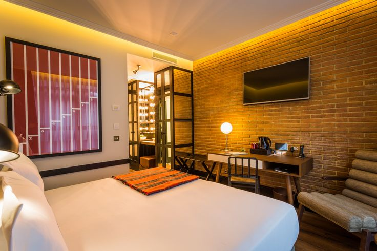 2 armarios con espejos a cada lado de la mesa tocador. Espejo con luces tipo camerino. Habitaciones de hotel de diseño | Only You Hotel Atocha