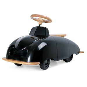 Fræk racer til børn fra Excel.  Playsam Roadster gå-bil har et retro og originalt design. Bund og sæder er af massivt træ. Rattet er i massiv bøg og krydset i metal præcis som i de gamle sportsbiler.  Forbilledet er den konceptbil, som Sixten Sason tegnede for Saab i 1947, Saab 92001 Roadster blev tegnet på bestilling fra Saab Automobiler. Playsam gåbil, en fantastisk gave til de mindste.
