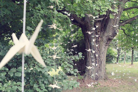 Hanging Oragami Japanese Cranes, very elegant and nature looking    Es diu grulla! En el youube ix