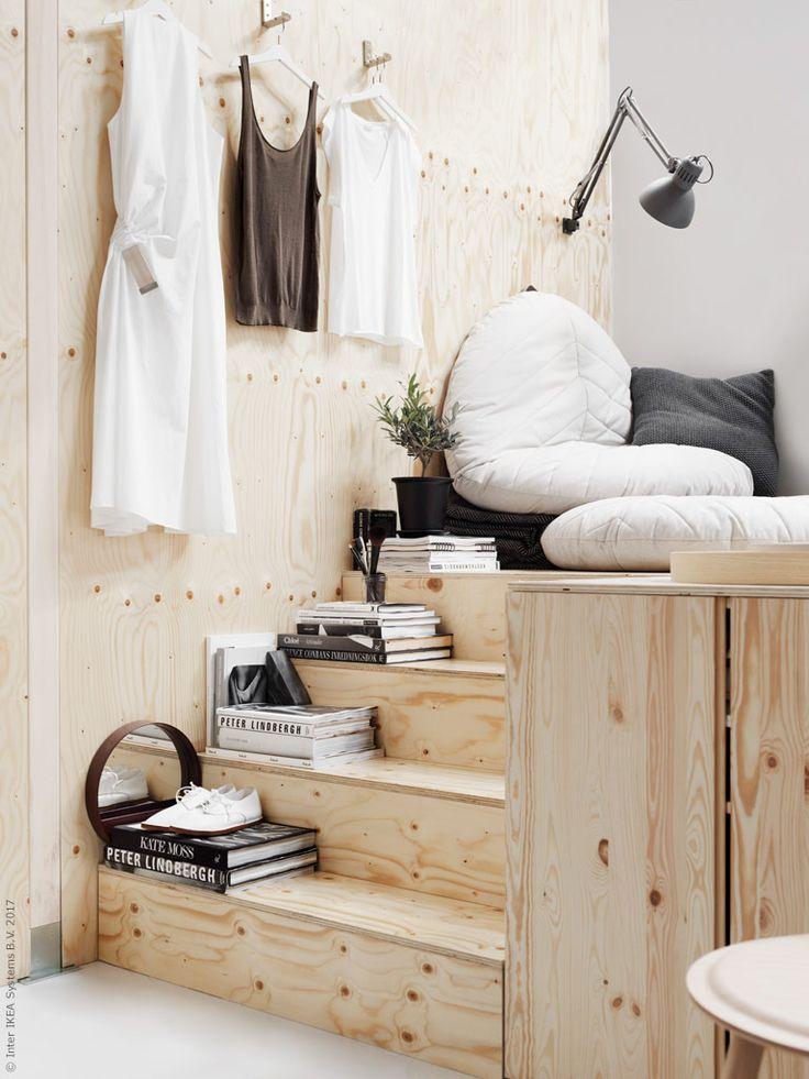 Trappan upp till sovplattformen blir en fin avlastningshylla för personliga detaljer. Praktiska BJÄRNUM krok kan fällas in mot väggen och sittpuffarna DIHULT bildar en mobil myshörna.