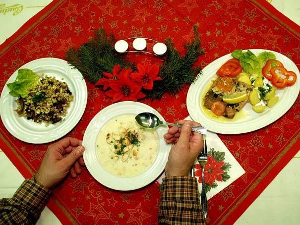 Praha - Důležitou součástí štědrovečerní večeře byly oplatky smedem, které si sedící vyměňovali mezi sebou, aby byli všichni vpříštím roce pospolu. Základem byla pak zasmažená nudlová nebo houbová polévka. Někde se jedla izelná sfazolemi a houbami.