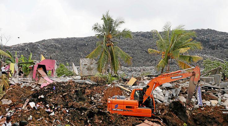 04/15/2017 - At least 16 killed in colossal Sri Lankan garbage dump landslide (PHOTOS)