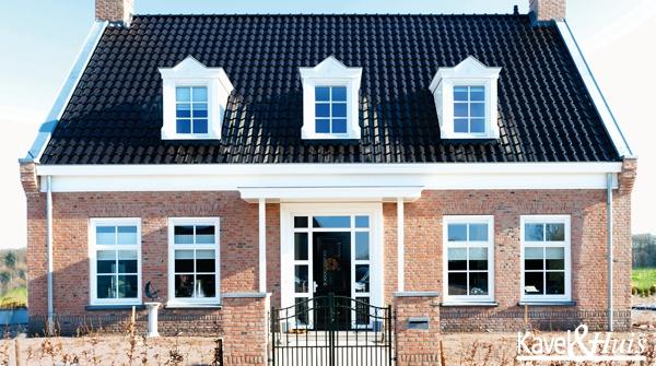 De centrale entree met aan weerszijden de evenwichtige verdeling van ramen, dakkapellen en schoorstenen versterkt de statige uitstraling van deze notariswoning.