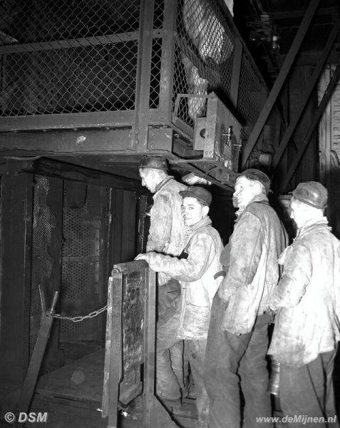 Mijnwerkers van de Staatsmijn Wilhelmina stappen in de lift om ondergronds te gaan, omstreeks 1951 - Hier werkte Opa