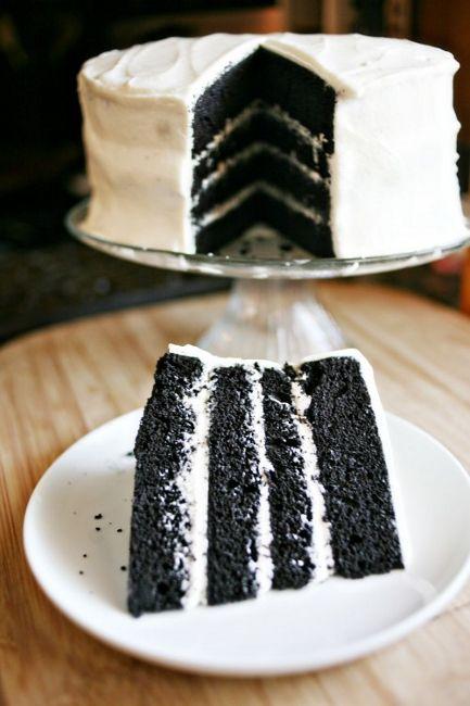 Знаменитый американский торт «Красный бархат» известен во всем мире. А на хэллоуинскую вечеринку можно приготовить его «зловещий антипод» под названием «Черный бархат». Рецепт один, разница лишь в цвете пищевого красителя.