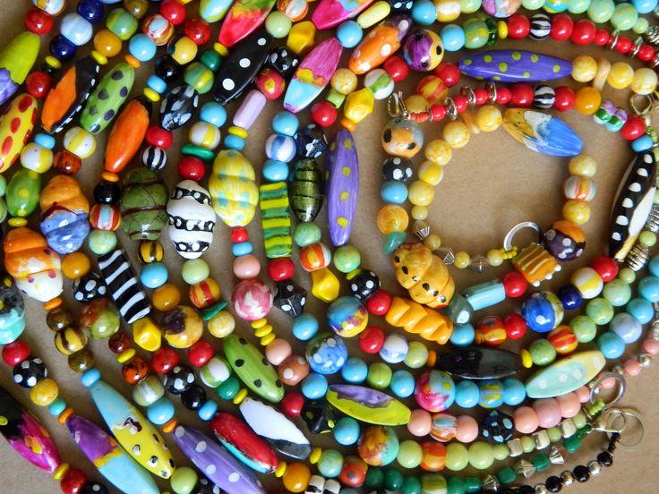 Viva Chica! é uma linha de bijuterias afro brasileliras, inspirada na alegria e vivacidade da famosa negra que viveu nas Minas Gerais, no século XVIII. São colares afro-artesanais únicos, super-coloridos, criados a partir dos mais diversos materiais: cerâmica plástica, argila, peças de resina e madeira pintadas à mão, murano, vidro, palha da costa, murano, vidro e metais.