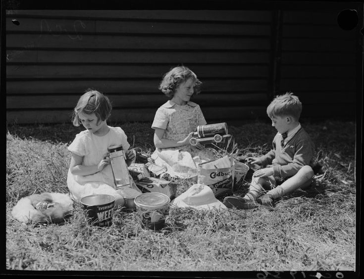 046346PD: Children with showbags, 1936.  http://encore.slwa.wa.gov.au/iii/encore/record/C__Rb2395619__S046399pd__Orightresult__U__X3?lang=eng&suite=def