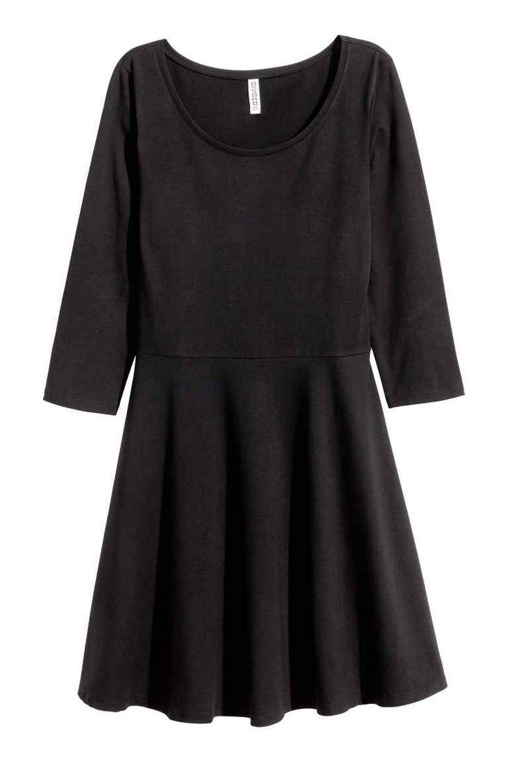 Dżersejowa sukienka: Krótka dżersejowa sukienka z nieco szerszym dekoltem. Rękawy 3/4, odcinana talia i rozszerzany dół. Bez podszewki.