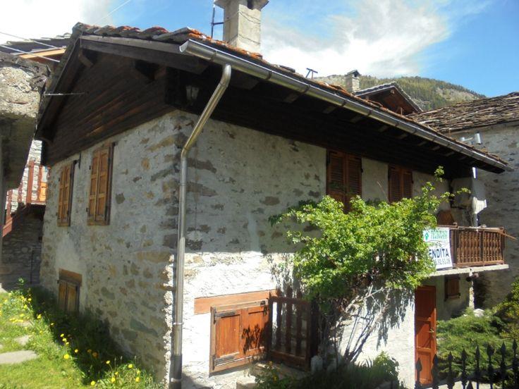 Casa indipendente composta da soggiorno con angolo cottura, due camere, due bagni, cantina e balcone. L'immobile ha riscaldamento autonomo, è su due livelli  ed ha una metratura di 100 mq. 90.000euro