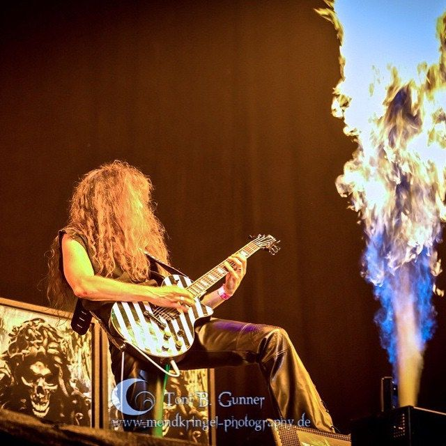 you can't imagine how incredible hot these #flamethrowers can be just 2 meters away from you #axelritt #gravedigger #Wacken #live #metal #guitar #fameguitars #fakeleather #leatherette #fire