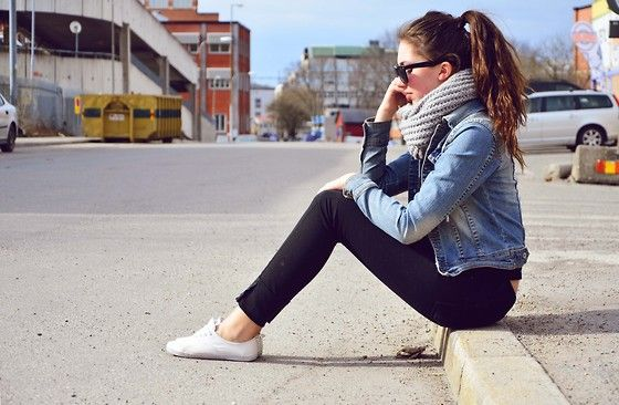 black skinnies and denim jacket plus chunky scarf