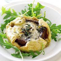 Mini quiche met champignons en blauwe kaas.  Snij bladerdeeg schuin in tweeën en vul alle bakjes van een ingevet cupcake blik met een stuk bladerdeeg.  Plaats kastanje champignon (zonder steel) in bakje, vul met gorgonzola (of geitenkaas) Strooi hier wat fijn gesneden sjalot, peper en verse tijm over Ongeveer 20min in de oven!