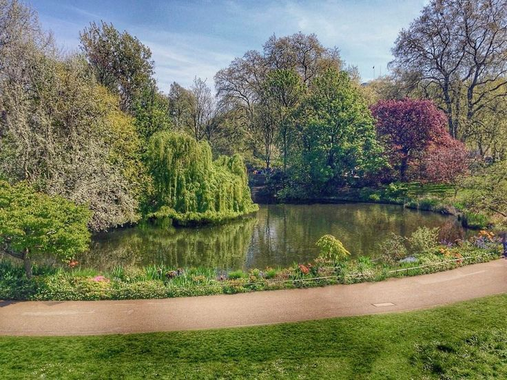 One of my favourite parts of London is the beautiful parks 🌲😍⠀ ••••••••••••••⠀