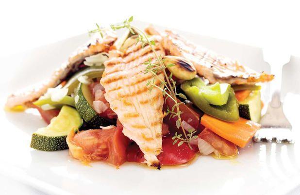 Salada de salmão grelhado com verduras, tomilho e amêndoas