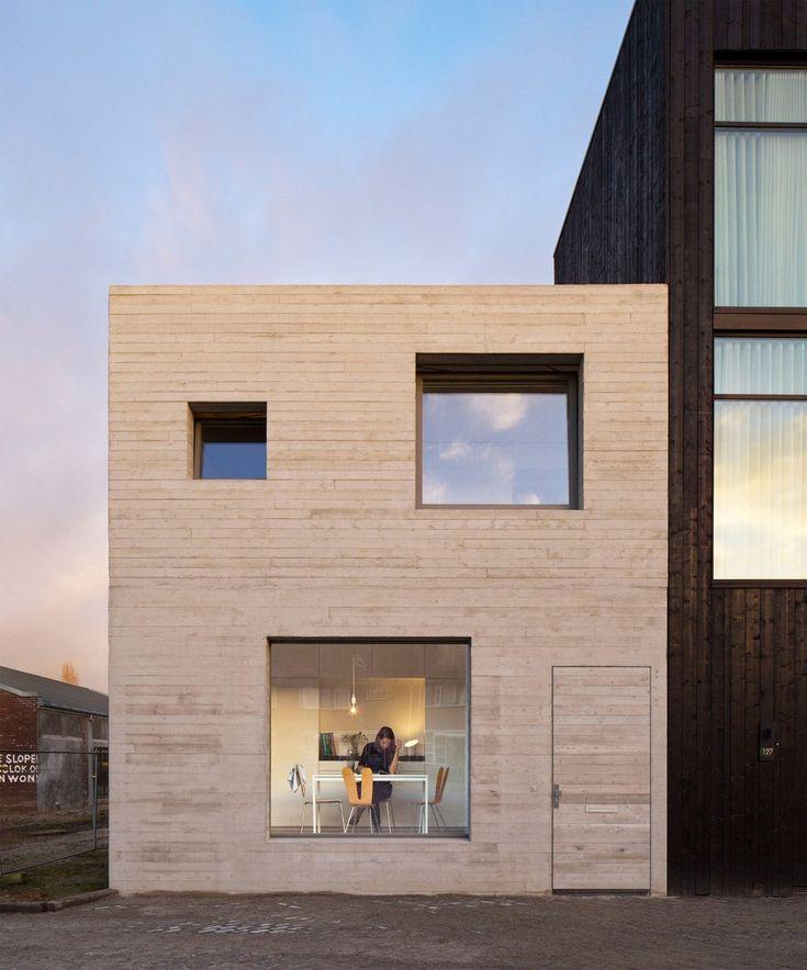 Les architectes hollandais du Studio MAKS ont construit une maison compacte en béton dans une ancienne zone industrielle de Deventer, aux Pays-Bas, pour un jeune couple ayant un budget serré.  L'habitation est située sur un terrain entouré par les anciens entrepôts portuaires de la ville. Dans ce projet, le jeune couple a reçu ce terrain pour construire sa propre maison. Le Studio Maks a conçu une maison simple, presque en forme de cube, aménagée sur deux étages. Ils ont utilisé des...