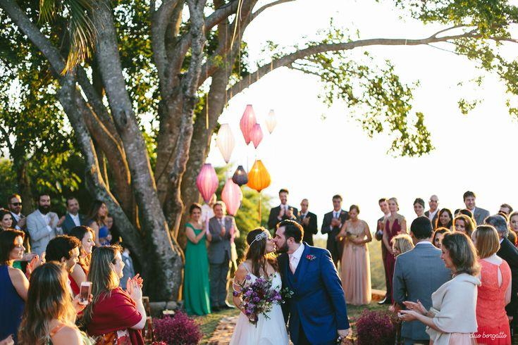 7 indicações incríveis de fotógrafos para casamento que a gente ama. Fotografia: Duo Borgatto. Casamento ao ar livre e de dia em um casamento no campo rústico, charmoso e simples.