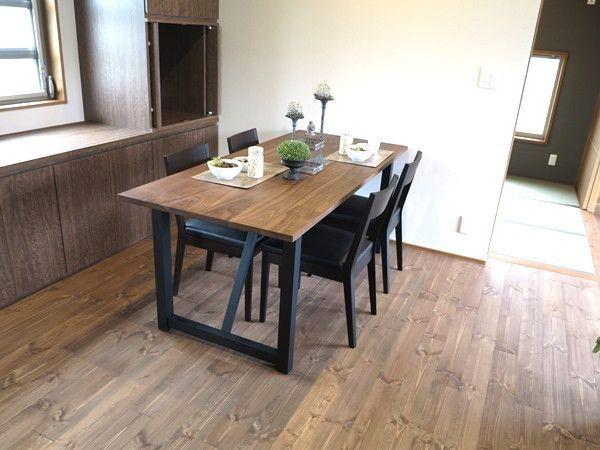 パイン無垢材の床をブラウン色に塗装した内装にウォールナット無垢材とブラック色を取り入れたコーデ の画像 家具なび ~きっと家具から始まる家づくり~
