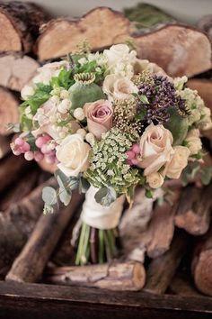 El glamour del vintage en Lancashire. Bodas de otoño. Rosas vintage junto con hortensias, amapolas, astrantias, snowberry y hierbas como orégano, romero y eneldo.