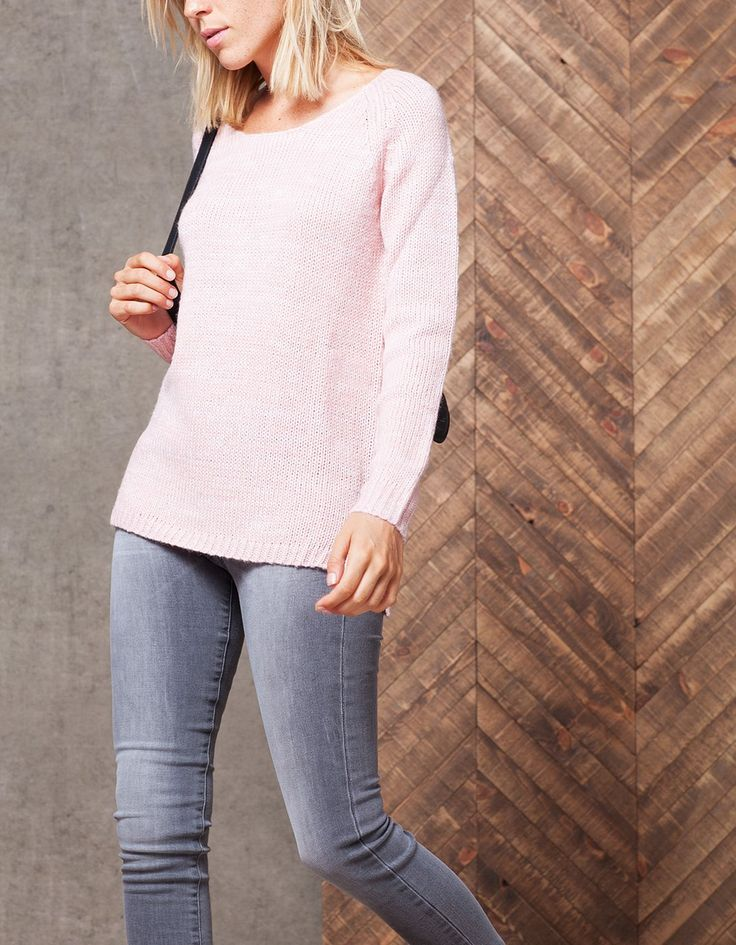 Πλεκτό πουλόβερ με ανοιχτή λαιμόκοψη