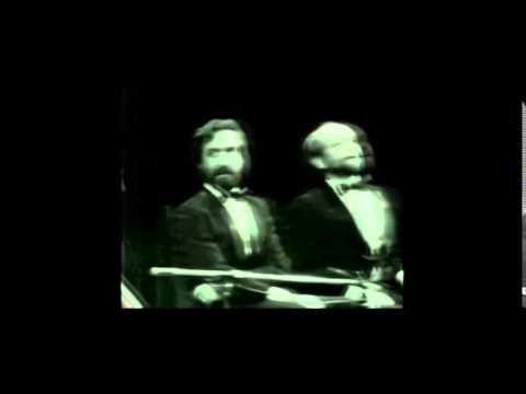 Carlos Nuñez Cortés y Daniel Rabinovich en un fragmento del espectáculo ...