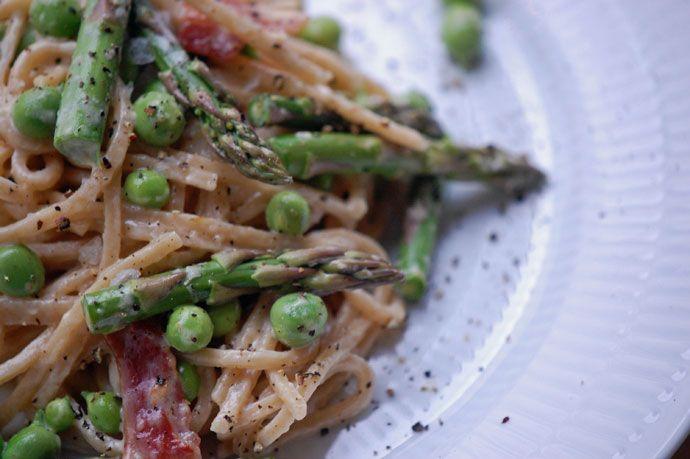 Nem sommerpasta med friske ærter og asparges