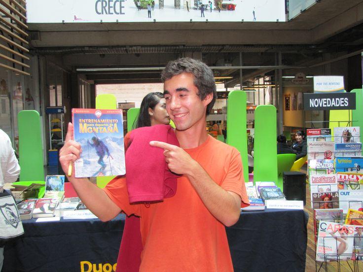 """Alumno en la exposición la """"Biblioteca sale a tu encuentro"""", en sede Alonso de Ovalle."""