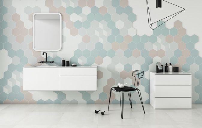 Esagon Mono to mix pudrowych kolorów, które stanowią tegoroczny hit idealnie pasują do nowoczesnych, op-artowych wnętrz inspirowanych latami 60. Delikatna kolorystyka świetnie łączy się zarówno z białą płytką, jak i elementami drewnianymi, czy cementowymi. Esagon Linum to z kolei inspiracja płótnem. fuzja I struktura I kształt I wnętrze I łazienka I salon I kuchnia I architektura I structure | fusion | bathroom I bathroom inspiration I ceramic | ceramic tiles I accesories  | design | pattern