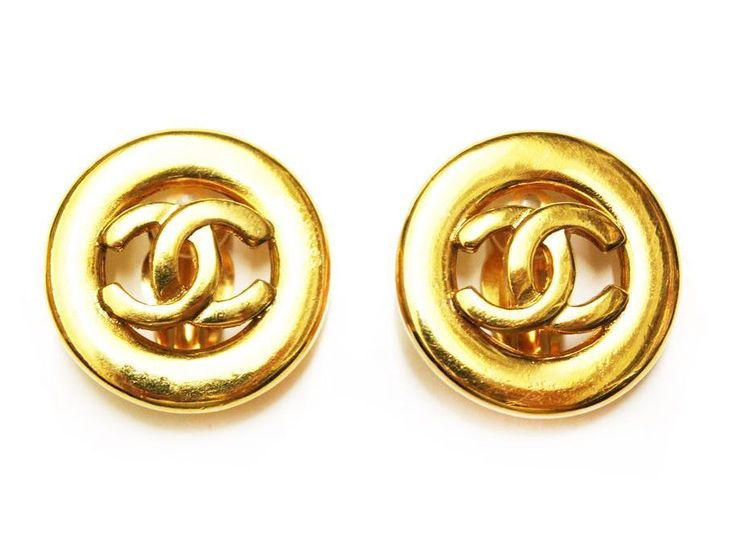 Channel your inner #diva in these fabulous #Vintage @Chaneloffical #CC logo earrings in rich gold plating, new in our @topshop Oxford Circus concession 💃🏻😍 - - - #VintageChanel #Chanel #ChanelEarrings #ClipOnEarrings #ChanelAddict #RareChanel #Friyay #Weekend #Glamour #HardwareVintageJewellery #Topshop
