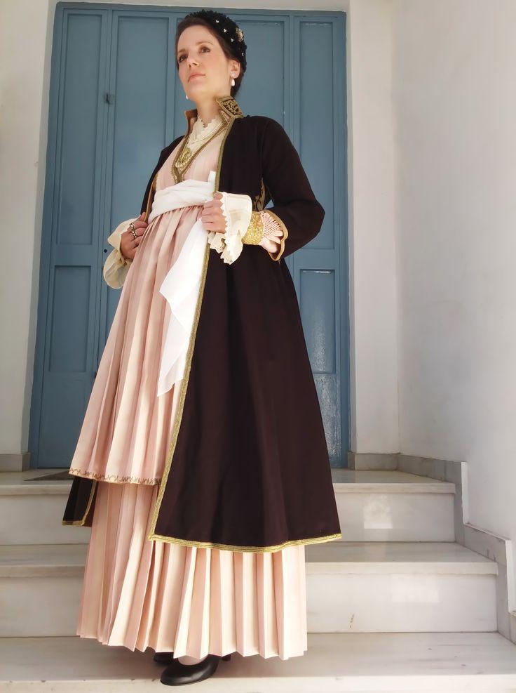 Παραδοσιακή αστική ενδυμασία Βέροιας . Traditional Greek costume from Veroia ( Macedonia )