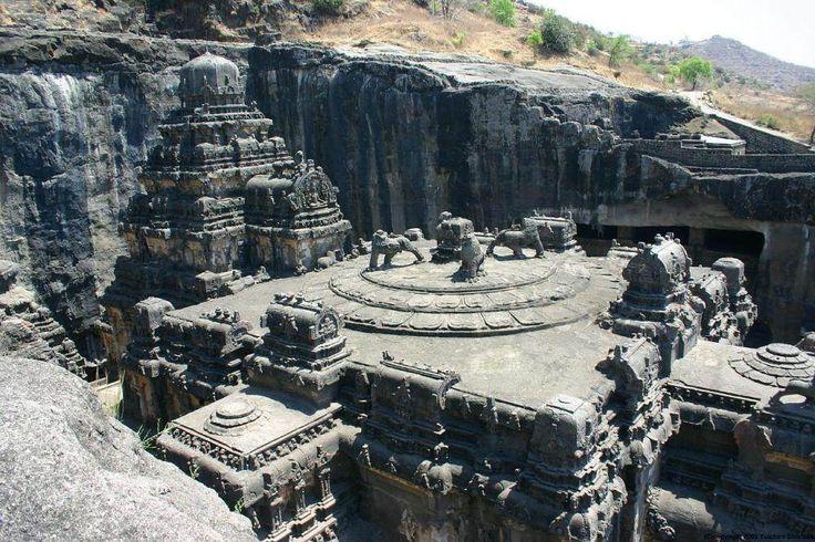 Ce gigantesque ensemble de temples et de monastères a été creusé dans la falaise au VIIe siècle et a nécessité l'excavation de plus de 400 000 tonnes de roches.