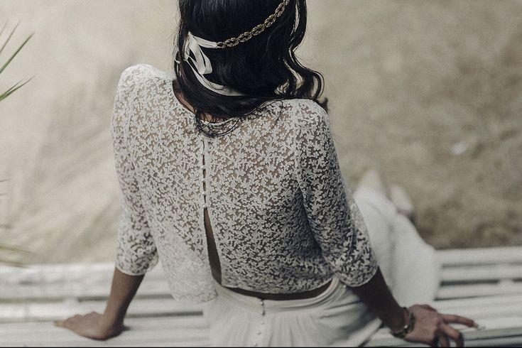 Donde los detalles importan Cuerpo de encaje con botones de perla y manga francesa, combinado con falda de crepe y botones de Laure de Sagazan.