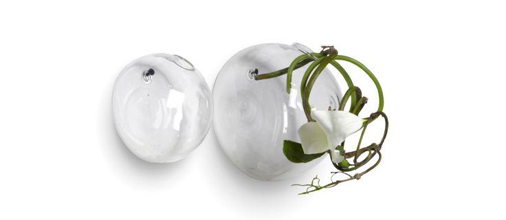 Från Serax kommer Haging Ball, den fina glasvasen som man hänger på väggen. Finns i två storlekar och säljes styckvis.Det kan förekomma bubblor och små skiftningar i formen då de är handgjorda.