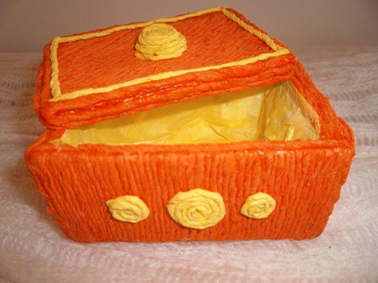 Estuche con caja de madera y papel de colores.