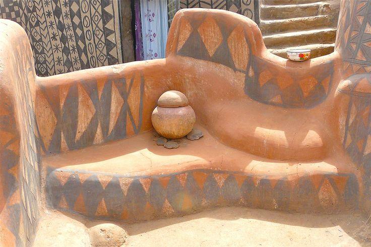 https://flic.kr/p/69FxCs | Cour Royale à Tiébélé | We bezoeken een 'paleisdorp'  van de mensen van de kassena of de  'Gourounsi' stam. De bewoners behoren tot dezelfde familie van verschillende generaties.  De lemen huizenbouw behoort tot een oude traditie. De mannen bouwen het huis en de vrouwen brengen de versieringen aan de gevels. Alle figuren hebben een symbolische betekenis.   Ronde kleine huisjes 'dra' behoren aan jonge vrijgezellen. De rechthoekige 'mangolo' met terras behoren aan…