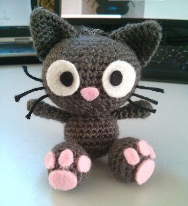 Patron gratuit d'un petit chat au crochet (amigurumi), à suspendre ou transformer en porte-clefs.