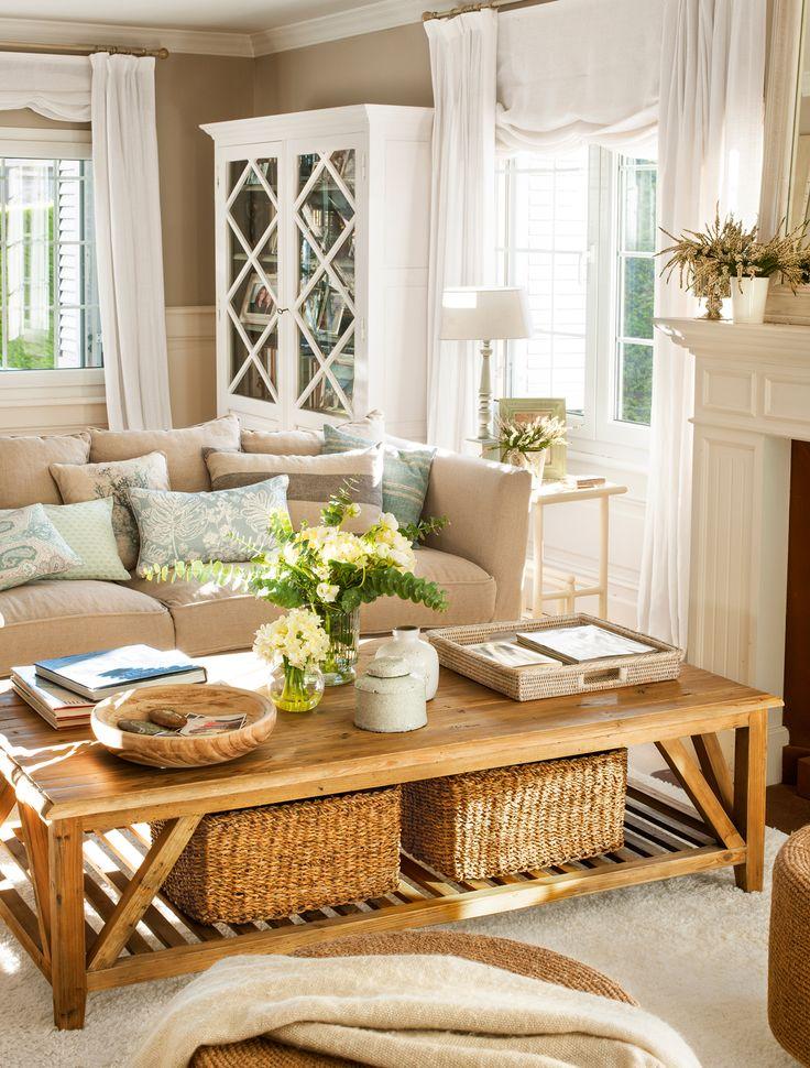 20_Salón con mesa de centro con estante y cestas de almacenaje, armario vitrina…