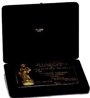 """13 Mai 1959 / (PART II) Marilyn, accompagnée de MILLER, reçoit le prix """"David DI DONATELLO"""" de la """"meilleure interprète 1958 dans le film """"The Prince and the showgirl"""", prix décerné par l'institut culturel Italien de New York, remis par le directeur de l'institut, Filippo DONINI accompagné de l'actrice Anna MAGNANI, qui remet à Marilyn, un bouquet de roses."""