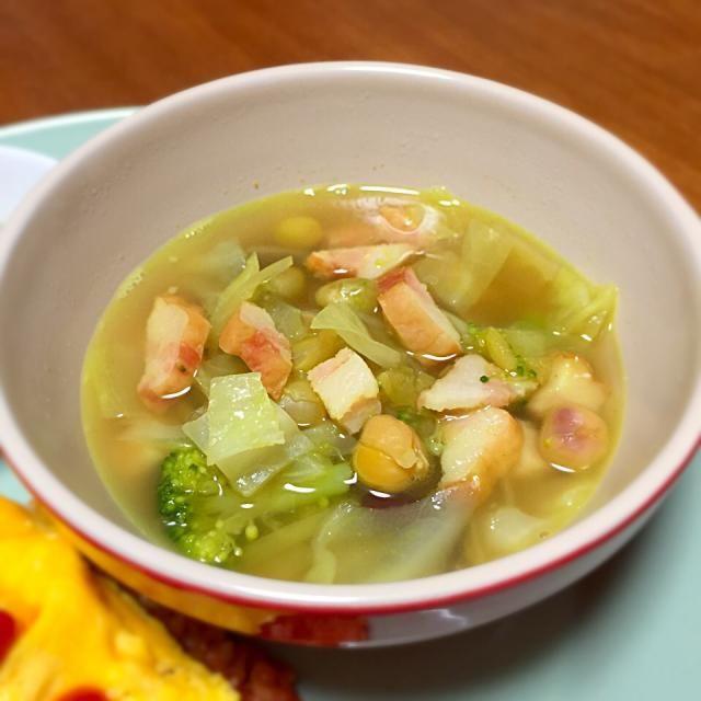 冷蔵庫にあったものを適当に煮てカレー粉で味付けしただけ。分量も材料も適当でーす。 - 9件のもぐもぐ - カレー風味の野菜スープ by lottarosie