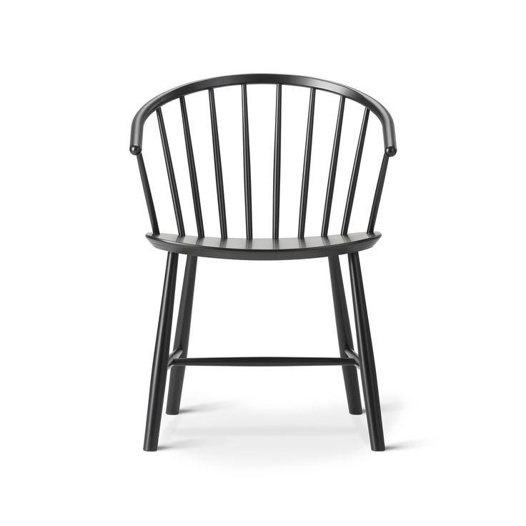 Med stolen J64 från Fredericia Furniture drar formgivaren Ejvind A. Johansson en parallell mellan traditionell Windsor-stil och klassisk nordisk design. Med den böjda ryggen och de sluttande armstöden fungerar J64 som en bekväm matsalsstol likväl som en loungestol intill en soffa eller soffgrupp.