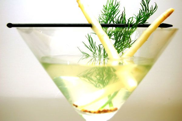 Looking for a standout cocktail for your summer wedding? Consider gin. Not used as often as vodka or whiskey, gin cocktails are extremely versatile, from stiff and herbal to delightfully refreshing. These ten cocktails are definitely worth trying before the wedding. You know, for research purposes.