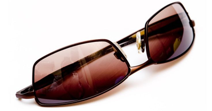 Cómo detectar unas gafas de sol Serengeti falsas. Serengeti es una marca de gafas de sol con mucho estilo que protegen los ojos contra los rayos UVA del sol y los rayos UVB. Las lentes de las gafas de sol Serengeti son 10 por ciento más ligeras que las de las gafas de sol normales. Serengeti utiliza una tecnología avanzada de superficie polarizada en sus lentes, que no les permite pelarse. Para ...