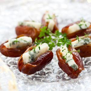 Dadels combineren uitstekend met (klassieke) hartige smaken, zoals die van kaas, spek en paté. Gedroogde dadels zijn (ook geopend) lang houdbaar en kun je dus altijd thuis op voorraad hebben. In een handomdraai heb je een heerlijk borrelhapje op tafel: gevuld met een reepje blauwaderkaas bijvoorbeeld. Maar experimenteer vooral met varianten hierop door de dadels te vullen met paté of roomkaas. Of vul ze niet maar omwikkel ze met een reepje spek, 10 minuutjes in een hete oven en smullen maar!