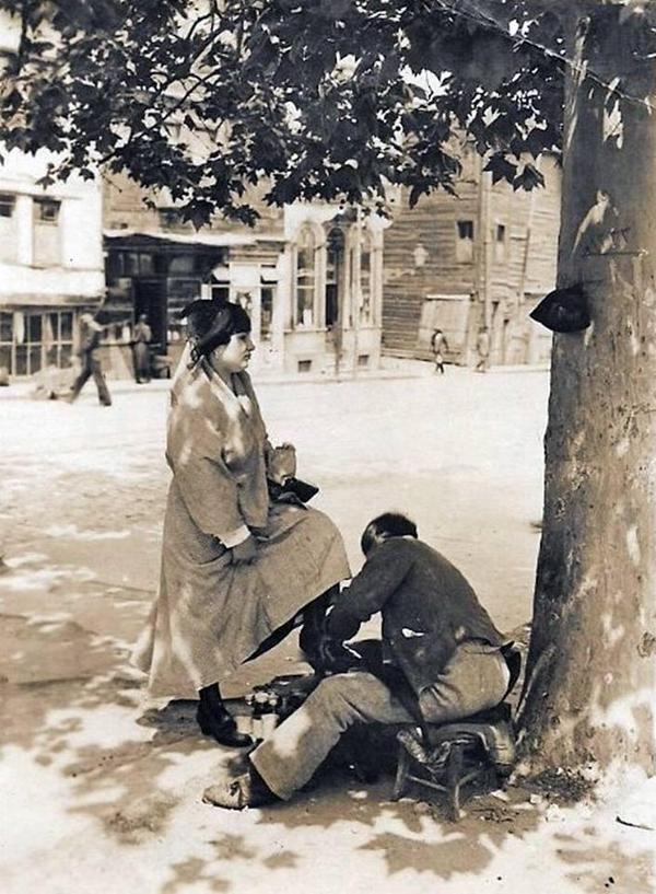 1919 yılında bir kadın ayakkabılarını boyatırken #İstanbul #istanlook #nostalji