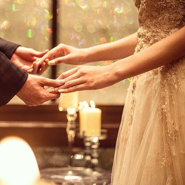 ルーチェ会場のクリスタルウォールをバックに✴︎⚪︎ 幻想的でお洒落な写真が撮れます♡  #ザピークプレミアムテラス #thepeak #ピーク #鹿児島の結婚式場  #結婚式  #プレ花嫁  #日本中のプレ花嫁さんと繋がりたい  #スマイル  #smile  #ウエディング  #wedding  #ゲストハウス #ゲストハウスウエディング #ルーチェ #フィオーレビアンカ