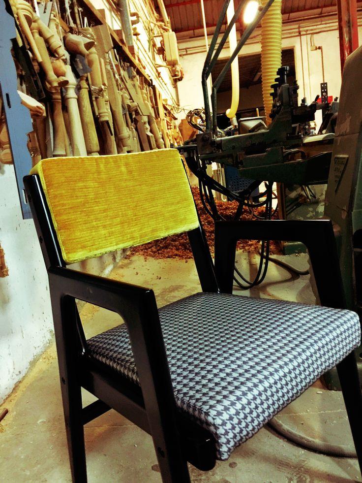 Custom Armchair con struttura in faggio laccato nero, seduta in tessuto e schienale in velluto. Ogni elemento può essere personalizzo.